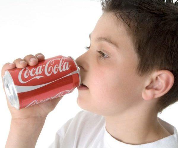 Ребенок пьет колу