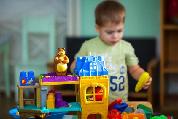 инфицированные детский слюной игрушки