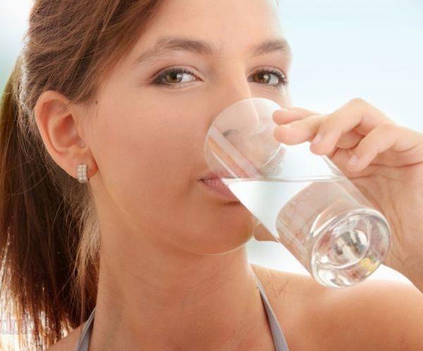 Пьет много воды