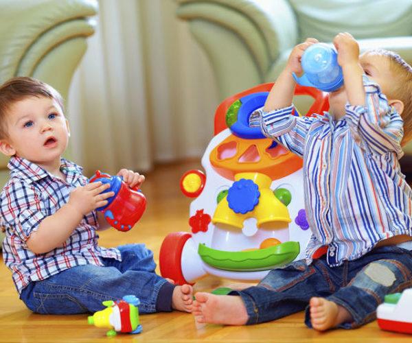 Дети игрушки